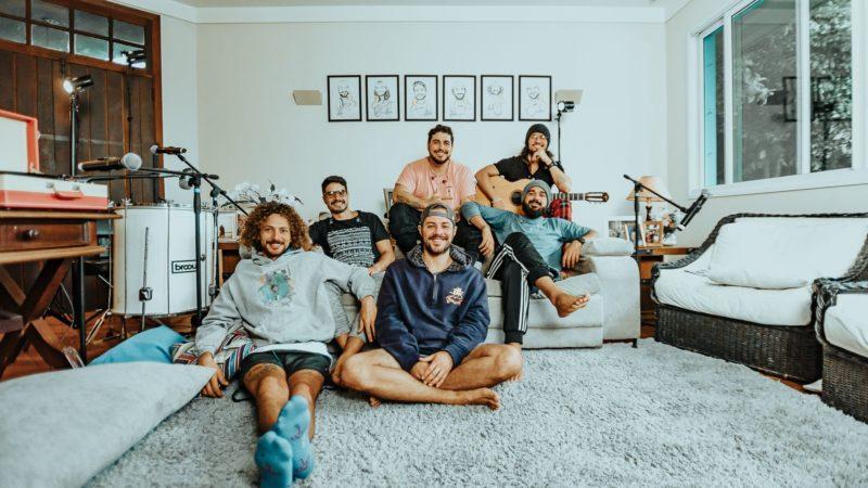 """Atitude 67 lança vídeo para """"Derenice"""", presente no  EP """"Casa 67"""""""